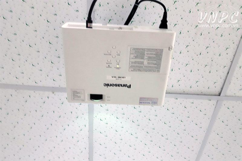 Lắp máy chiếu Panasonic PT-LB300 cũ cho phòng họp công ty
