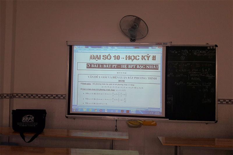 Lắp máy chiếu Panasonic PT-LB78 cũ cho cho lớp học thêm
