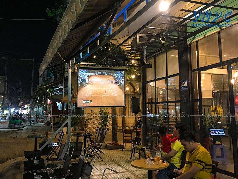Lắp đặt máy chiếu Optoma PS368 phục vụ chiếu bóng đá K+ tại quán cafe