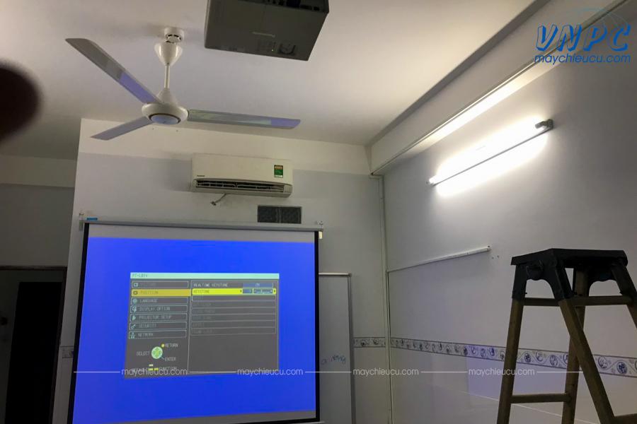 Lắp đặt máy chiếu Panasonic PT-LB1 sử dụng dạy học tại Anh Ngữ IP